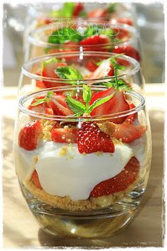 Erdbeer Vanille Dessert Kekskrümel nach folgendem Rezept backen KLICK Kann gut vorbereitet werden Pudding: Schmett...