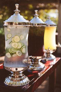 Lors des grandes chaleurs, mieux vaut rester hydraté. Ces distributeurs de boissons super chouette et chic aideront vos invités à se servir simplement tout en apportant une petite touche sympa. Placez-en quelques un ici et là. Limonade, vin, punch, jus de fruit... il y en a pour tous les goûts !