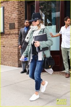 Jennifer Aniston Doesn't Like Riding on Husband Justin Theroux's Motorcycle | jennifer aniston doesnt like justin theroux motorcycle 12 - Photo