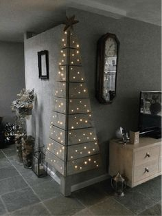 Christmas DIY: Corner Pallet Tree w Corner Pallet Tree with Lights.these are the BEST DIY Christmas Decorations Noel Christmas, Christmas Projects, All Things Christmas, Winter Christmas, Christmas Lights, Modern Christmas, Beautiful Christmas, Simple Christmas, Corner Christmas Tree