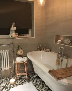 The timeless look a shabby chic bathroom can bring to your home is what makes some people love this decoration style. Also, another point in this style's favor is that it's an affordable way to decorate any kind of bathroom. Diy Hanging Shelves, Diy Wall Shelves, Floating Shelves Diy, Interior Exterior, Home Interior, Interior Design, Bad Inspiration, Bathroom Inspiration, Bathroom Inspo