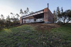 Construído na 2015 na Quito, Equador. Imagens do Raed Gindeya Muñoz, Sebastian Crespo. A Casa El Guarango, localizada na colina Rumiloma, onde começa a formar a mancha urbana de Quito. O terreno fazparte do vale do Inga, onde...