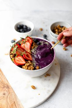 This Blueberry Smoothie Bowl is creamy, refreshing and so simple to make. This is a dairy free smoothie that is perfect as a quick breakfast! #dairyfreesmoothie #dairyfreesmoothies #howtomakeathicksmoothie #blueberrybananasmoothie #blueberrysmoothiebowl #vegansmoothiebowl Gluten Free Recipes For Breakfast, Brunch Recipes, Drink Recipes, Summer Recipes, Smoothie Ingredients, 4 Ingredients, Blueberry Banana Smoothie, Vegan Protein Powder, Vegan Smoothies