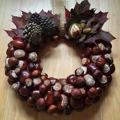 Wreath made from conkers (horse chestnuts) Acorn Crafts, Pine Cone Crafts, Christmas Wreaths, Christmas Crafts, Christmas Decorations, Holiday Decor, Autumn Decorations, Christmas Ideas, Conkers