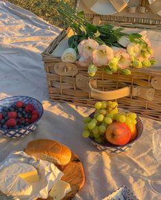 Nature Aesthetic, Summer Aesthetic, Aesthetic Food, Aesthetic Outfit, Picnic Date, Summer Picnic, Outdoor Pics, Comfort Foods, Comida Picnic