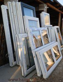 Építkezésből megmaradt műanyag és fa ablakok