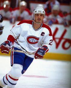 Guy Carbonneau (C) : Nommé co-capitaine des Canadiens en 1989-90 en compagnie de Chris Chelios, Carbonneau n'a partagé le rôle qu'une seule saison, devenant le capitaine (26e) à temps plein la campagne suivante suite au départ de Chelios vers Chicago. C'est d'ailleurs avec le «C» cousu sur son chandail qu'il a conduit les Canadiens vers la coupe Stanley en 1993. Il a notamment joué un grand rôle en finale contre les Kings, réduisant Wayne Gretzky au silence. Hockey Rules, Hockey Teams, Ice Hockey, Chris Chelios, Montreal Canadiens, St Louis Blues, Nfl Fans, Sports Figures, National Hockey League