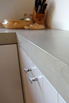 Betonlook op het aanrechtblad, in de keuken, op de achterwand, kan over de tegels heen. Of op het bestaande aanrechtblad. Sterk en krasvast, waterdicht www.naturelook.nl