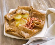 Gourmet tip: This is a Savoyard-Galette recipe made from potatoes, bacon and raclette cheese. Raclette Cheese, Wine Recipes, Gourmet Recipes, Snack Recipes, Cooking Recipes, Bon Appetit, Crepe Recipes, Pancakes And Waffles, Recipes