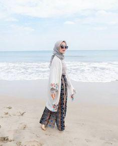 OOTD hijab untuk ke pantai – N&D summer hijab casual Hijab Casual, Ootd Hijab, Hijab Fashion Casual, Hijab Fashion Summer, Muslim Fashion, Fashion Outfits, Dress Fashion, Fashion Ideas, Hijab Chic