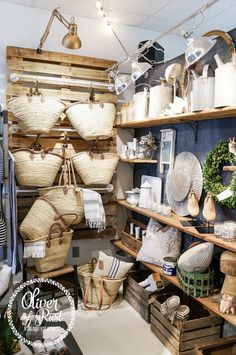 shops - retail - store - Ladenausstatung Oliver and Rust Wedding Gifts: Unique And Creative Ideas Ch Boutique Decor, Boutique Interior, Boutique Stores, Retail Store Design, Retail Shop, Gift Shop Displays, Retail Store Displays, Antique Store Displays, Jewelry Displays