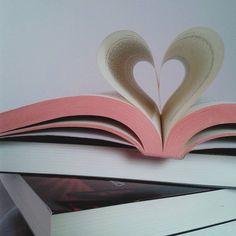 Livros são amor! #AllIwantForFebruaryIsABook (coração de livros) . . . . . . . . . . . . #coraçao #livros #books #bookaholick #booklove #bookphoto #bookphotography #bookstagrammers #amoler #amorpeloslivros #leitora #reader #instabook #instablog #blogs #blogsdaliga #blogueira #blogliterario #loucuraporleituras #justnormalphotos #instasqd #Instaliivros #vscofeed #vscogallery #vscocam #vscolivros