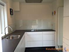 Keuken achterwand wit in moderne witte keuken - Keukenglas #keukenglas #Eindhoven #achterwandglas #glazenachterwand #achterwandkeuken #glaswand #spatwand #achterwandopmaat #keukeninspiratie #backsplash #splashback #splashbackglass #kitchenglass