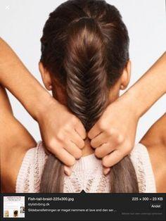 1) del dit hår op i to totter 2) tag meget lidt hår fra den ene tot og over i den anden 3) bliv ved med at gøre det, bare hvor at du skifter med at gøre det mellem de to totter 4) når du er færdig og ikke har mere hår at flette med, sætter du en lille tynd elastik rundt om den