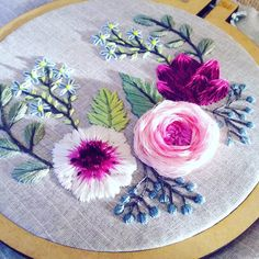 Instagram:@vitto_capelli Facebook:Bordados Vitto Capelli Youtube:Bordados Vitto Capelli Web:www.bordadosvittocapelli.com.ar Napkins, Facebook, Tableware, Youtube, Instagram, Needlepoint, Embroidered Flowers, Dinnerware, Towels