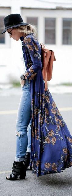 Chica usando un kimono largo en color azul