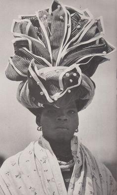 Этническое многообразие Африканского материка проявляется во всем: в архитектуре, одежде, обычаях и традициях. Головные уборы африканок поражают немыслимостью форм и размеров, яркостью и пестротой цветов. Голову украшают узенькими повязками в несколько нитей или обматывают отрезами тканей метровой длины. Все зависит от того, кто, где и по какому поводу носит головной убор.…