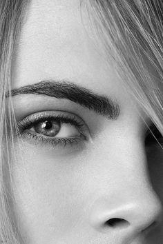 Perfekt! Close up von rechter Augenbraue des britischen Top-Models Cara Delevingne.
