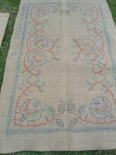 TJ: 12 - TELAS P/ BORDAR ARRAIOLOS Bohemian Rug, Textiles, How To Make, Decor, Homemade Rugs, Art Boards, Counted Cross Stitches, Weaving, Jute