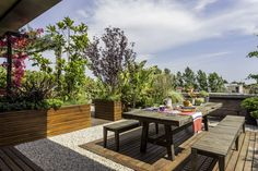 Aprovechá tu terraza con estas propuestas  Si vas a elegir muebles de madera, buscá la manera correcta de protegerlos. Hay muchos productos que se adecuan a cada tipo de material cuando se trata de cuidarlos del desgaste en exteriores. Foto:Archivo LIVING