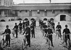 Nesta raríssima fotografia de 1918, o então pelotão da Guarda Cívica de São Paulo, que era encarregado do policiamento da cidade. A fotografia foi tirada dentro do quartel no Parque D.Pedro II.