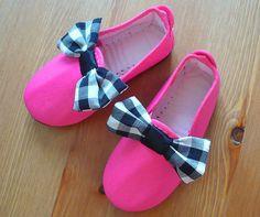 Pink shoes with checked bow by Nicomo Niporqué. Shop online in Etsy. https://www.etsy.com/shop/NicomoNiporque