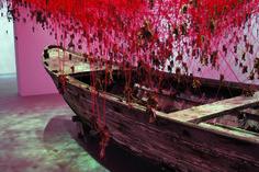 L'evocativa installazione di Chiharu Shiota ha conquistato la 56esima Biennale di Venezia.