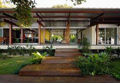 Wow, that walkway & house! House In Praia Preta / Nitsche Arquitetos Associados Design Exterior, Interior And Exterior, Exterior Colors, Home Modern, Tropical Houses, Modern Tropical House, Future House, Interior Architecture, Tropical Architecture