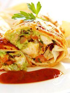 Il Burrito di pollo, una ricetta veloce per preparare golosi rotolini con pollo, salsa guacamole, fagioli neri, verdure fresche e filante formaggio.