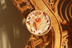 N°7 de la collection TERRE : Ce petit monde est délicatement dessiné et peint à la main, puis recouvert d'une fine couche de vernis protecteur afin de conserver le plus longtemps possible l'éclat de ses couleurs. MAMA DOUCE utilise un papier épais 250g spécialement adapté à la technique de l'aquarelle. Une fois le dessin terminé, elle le lie à son cercle en métal qu'elle aura préalablement recouvert d'un fil naturel (raphia, jute, coton, laine,...). Afin, Nature, Creations, Etsy, Collection, Polish, Earth, Watercolor Painting, Colors