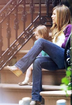 RAMEY PHOTO USA, Australia and South Africa rights only New York, NY, May U.S actors Jennifer Aniston and Jason Bateman on set of their new movie The Baster filming on a stairs of a townhouse in Brooklyn. CG (Photo by Philip Ramey/Corbis via Getty Images) Jennifer Aniston Style, Jason Bateman, Mom Outfits, On Set, New Movies, Townhouse, South Africa, Bell Bottom Jeans, Brooklyn
