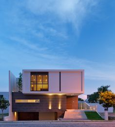 Construido por TACHER ARQUITECTOS en Zapopan, Mexico con fecha 2012. Imagenes por Mito Covarrubias. El proyecto se desarrolla en una lotificación rectangular orientada norte/sur en dos niveles y un medio nivel más sot...
