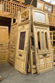 Viejas puertas esperando ser rescatadas para un reciclaje de lo mas original