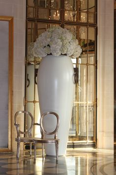 Flower arrangement at a hotel lobby in #home design #home interior decorators #interior design #decoracao de casas #design bedrooms