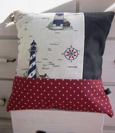 lKissenbezug aus drei verschiedenen Baumwollstoffen (dunkelgrau, rot mit weißen Punkten und beige mit Leuchtturmmotiven).    Der Kissenbezug mit Hot...