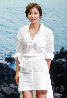 韓国・ソウルの Stanford Hotel Seoul で行われた、バラエティー番組「MAPS」の制作発表会に臨む、女優のチェ・ガンヒ(左)とガールズグループ「少女時代」のユリ(2015年6月26日撮影)。(c)STARNEWS ▼3Jul2015AFP|バラエティー番組「MAPS」の制作発表会、ソウルで開催 http://www.afpbb.com/articles/-/3053611 #최강희 #崔江姬 #Choi_Kanghee