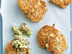 Corn and Crab Fritters with Guacamole. Top these corn and crabmeat fritters with guacamole to give the main dish fritters some Mexican flair and a splash of color. Cauliflower Fritters, Corn Fritters, Alcapurrias Recipe, Frozen Corn Recipes, Coulis Recipe, Corn Fritter Recipes, Mashed Avocado, Guacamole Recipe, Fish And Seafood