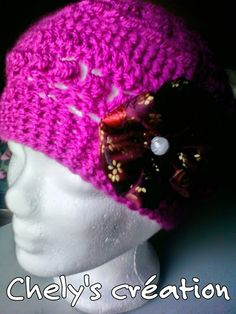 """bonnet rond """"framboisine"""" et sa fleur satin bordeaux réalisation artisanale taille adulte : Chapeau, bonnet par chely-s-creation"""