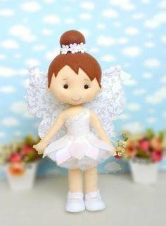 Fadinha em Feltro Felt Crafts Diy, Doll Crafts, Cute Crafts, Felt Doll Patterns, Hand Embroidery Videos, Felt Christmas Ornaments, Tiny Dolls, Felt Toys, Fabric Dolls
