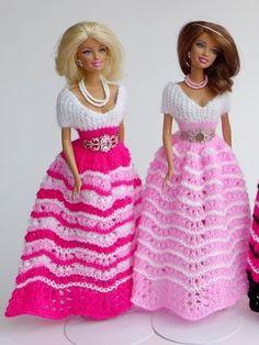 Puppenkleid stricken // Ballkleid für Puppen Knitting Dolls Clothes, Crochet Doll Clothes, Barbie Gowns, Barbie Clothes, Barbie Wardrobe, Barbie Patterns, Ken Doll, Barbie Friends, Barbie And Ken