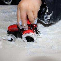 sporen in de sneeuw: sensory-play met scheerschuim