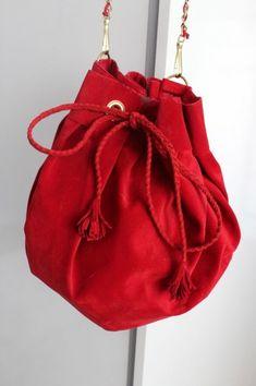 leather bag tutorial  http://blogs.vogue.es/clara-alonso/2012/04/do-it-yourself-bolso-saco/