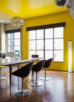 Quando a designer Carol Gay e o fotógrafo Marcos Cimardi descobriram o apartamento em que vivem hoje, ele já tinha alguns detalhes especiais.