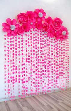diy wanddekoration, große rosa blumen und girlande aus papier diy wall decoration, big pink flowers and garland of paper Paper Flower Backdrop, Giant Paper Flowers, Paper Flower Garlands, Pink Backdrop, Backdrop Ideas, Diy Flowers, Backdrop Design, Booth Ideas, Diy Wanddekorationen