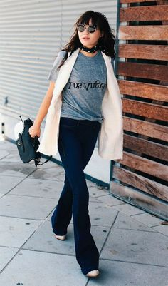 Street style look com flare jeans e colete.