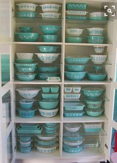 Pyrex collection of my dreams! Vintage Aqua Pyrex Collection on display by julie. Vintage Pyrex, Vintage Dishes, Vintage Dishware, Vintage Tins, Vintage Bowls, Vintage Houses, Vintage Vignettes, Vintage Canisters, Vintage Baking