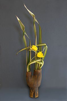 Twisted -- in the best possible way -- leaf manipulation. Ikebana Arrangements, Summer Flower Arrangements, Ikebana Flower Arrangement, Floral Arrangements, Art Floral, Floral Design, Bonsai, Ikebana Sogetsu, Japanese Flowers
