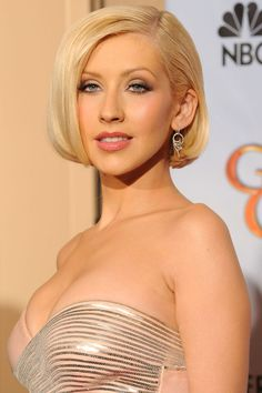Christina Aguilera dominates the red carpet with her golden parted bob. Her hair look like it is spun of strands of gold. This highly polished look is worn perfectly on the absolutely beautiful Christina Aguilera! Divas, Demi Lovato, Top Celebrities, Celebs, Christina Aguilera Burlesque, Christina Aguilera Hair, Beautiful Christina, Christina Agilera, Jennie Lisa
