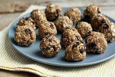 No-Bake Oatmeal Chia Chocolate Chip Cookie Balls (Vegan and Gluten-free) by Tasty Yummies (awesome recipe and awesome site) Vegan Treats, Healthy Desserts, Raw Food Recipes, Healthy Treats, Delicious Desserts, Yummy Food, Vegan Food, Free Recipes, Dessert Recipes