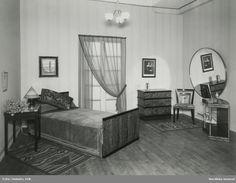 """Axel Einar Hjort. Möbelutställning på Nordiska Kompaniet, 1932. Sovrumsmöblemang modell """"Madame"""" formgivet av Axel Einar Hjort 1930. @ DigitaltMuseum.se"""